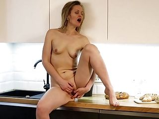 Good Looking Housewife Midge Is Finger Fucking Her Yummy Cooter
