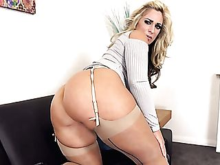 Uk Cougar With Blondie Hair Kellie Obrian Is Always Ready To Demonstrate Booty
