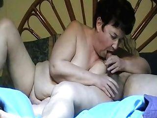 Une Française Taille Une Pipe à Sonnie Mari Avant De S'endormir