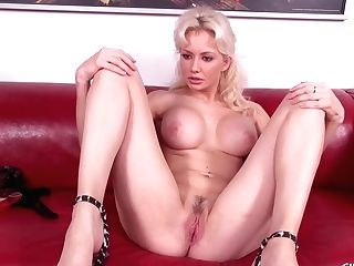 Margo Russo Loves To Fuck Her Coochie